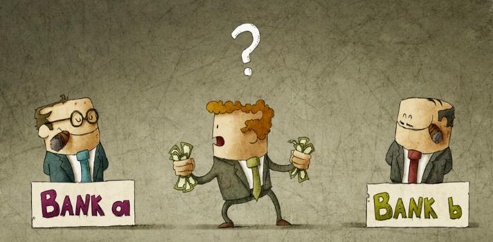 Hombre eligiendo banco donde depositar sus ahorros