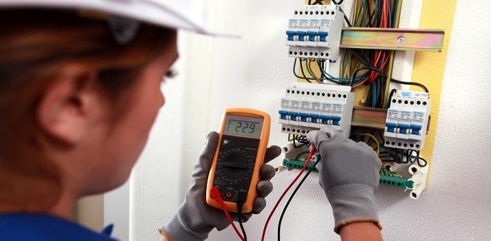 Ingeniera en electricidad, trabajando