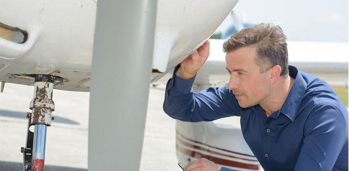 Ingeniero aeroespacial revisando un avión