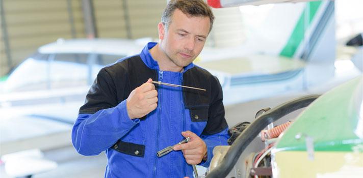Ingeniero aeroespacial arreglando una turbina