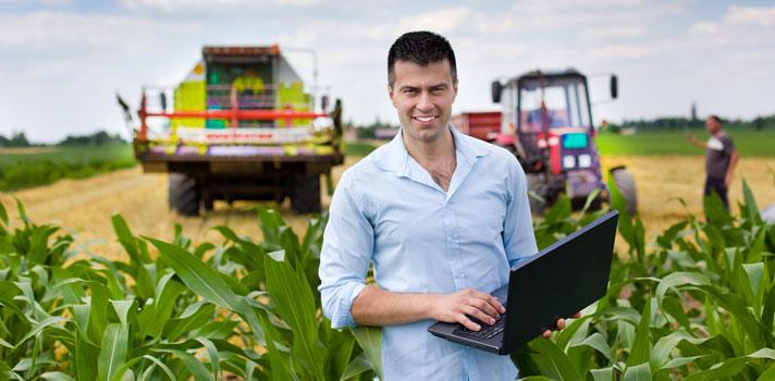 Ingeniero agrónomo en el campo listo para realizar análisis