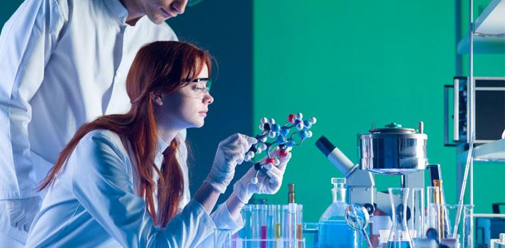 Ingenieros químicos trabajando en un laboratorio