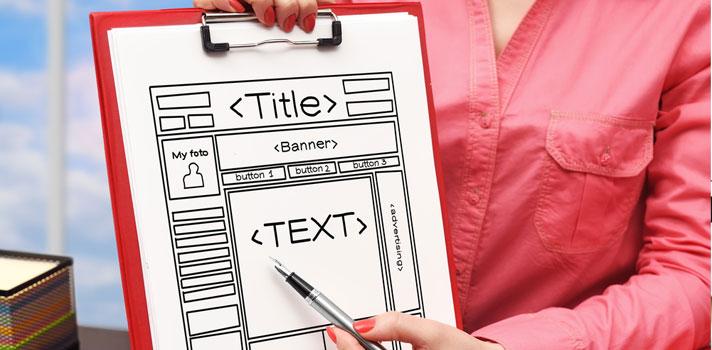 Mujer enseñando un boceto de página web