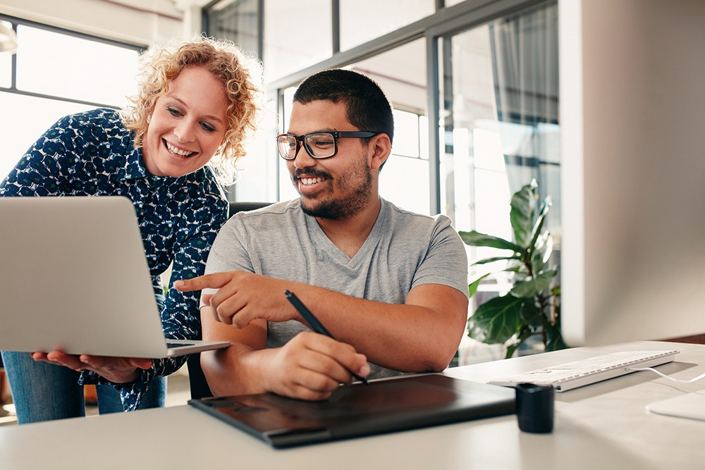 <p>Neste artigo, separamos6 qualidades essenciais de uma pessoa que sabe trabalhar em equipe. Confira!</p><h2>1. Confiáveis</h2><p>Confiança tem que sera base de todo trabalho em equipe. Quanto maior onível de confiança presente entre os membros de uma equipe, maiores são as chances de sucesso. Haverá mais transparência nos processos desempenhados pelaequipe ea troca de informações ocorrerá de forma maisrápida e eficiente.</p><p>A confiança é conquistada com comportamentos e ações. Para o bom funcionamento da equipe, prazos e acordos devem ser cumpridos. Quando um profissionalsempre se atrasam com suas tarefas, as consequências são claras.Com o tempo você perde a confiança na pessoa, porque o que ela fala não corresponde asuas ações.</p><p>Agora imagine alguém que já tem maior consistência nas entregas e, mesmo quando não consegue terminar no prazo previsto,toma o cuidado de avisá-loantecipadamente. Uma postura completamente diferente, certo? Dessa forma, você terá<span></span><a href=https://noticias.universia.com.br/destaque/noticia/2017/05/29/1152887/aprendendo-empreender-boas-ideias-definir-pessoas-organizacao.html target=_blank>preferência em trabalhar</a><span></span>com a pessoa que lhepassa essa confiança, pois as chances das coisas fluírem bem são maiores.</p><h2>2. Comunicadores</h2><p>Pessoas que sabem trabalhar em equipe<a href=https://noticias.universia.com.br/destaque/noticia/2013/01/23/996983/dicas-uma-boa-comunicaco.html title=Dicas para uma boa comunicação>também sabem como se comunicar bem</a>, deixando suas opiniões e objetivos claros para todos e sugerindo melhorias que elas julgam ser necessárias. De nada adianta uma pessoa ter ótimas ideias, mas não partilhá-las com os demais membros da equipe. Para que os resultados do time sejam maximizados, é necessário articularnovas sugestões e ideiaspara discussão. Boas ideiastendem a melhorar ainda maiscom a contribuição de todos. Tal prática ajudaafomentar a cooperação.</p><p>A boa comunicação também é 