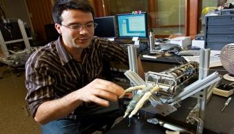 Mexicanos diseñaron una prótesis de manos que se adapta a la anatomía de los niños