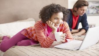 <p style=text-align: justify;>Así como en el pasado no había nadie que no tuviera un diario íntimo o de confesión, en la actualidad ninguna persona debería dejar de tener un<strong> diario personal en internet</strong>. ¿Por qué? Porque además de poder dejar por escrito todos tus pensamientos, sentimientos y experiencias, éstos no corren el riesgo de borrarse, ya que quedan almacenados en la web.</p><p style=text-align: justify;></p><p><strong>Lee también</strong><br/><a style=color: #ff0000; text-decoration: none; title=7 consejos para escribir mejor href=https://noticias.universia.com.ar/en-portada/noticia/2014/06/18/1099107/7-consejos-escribir-mejor.html>» <strong>7 consejos para escribir mejor</strong></a><br/><a style=color: #ff0000; text-decoration: none; title=El 64% de los argentinos ingresa a Facebook a diario href=https://noticias.universia.com.ar/en-portada/noticia/2013/08/21/1043909/64-argentinos-ingresa-facebook-diario.html>» <strong>El 64% de los argentinos ingresa a Facebook a diario</strong></a></p><h3></h3><h3>¿Qué ventajas ofrecen los diarios personales online?</h3><p style=text-align: justify;>Si bien las ventajas pueden ser muchas, a continuación te contamos las más importantes:</p><p style=text-align: justify;></p><p style=text-align: justify;>- Podés<strong> acceder a él sin importar tu ubicación</strong>.</p><p style=text-align: justify;></p><p style=text-align: justify;>- En caso de que tengas errores ortográficos el corrector se encarga de corregirlos.</p><p style=text-align: justify;></p><p style=text-align: justify;>- Podés <strong>personalizarlo</strong>a tu gusto; incluir videos, fotos y enlaces y, compartirlos con quien quieras.</p><p style=text-align: justify;></p><p style=text-align: justify;>- Tienen contraseña y por lo tanto, nadie puede ingresar.</p><p style=text-align: justify;></p><p style=text-align: justify;>- Podés eliminar las entradas que quieras cuando se te ocurra.</p><p style=text-align: justify;></p><p style=text-align: 