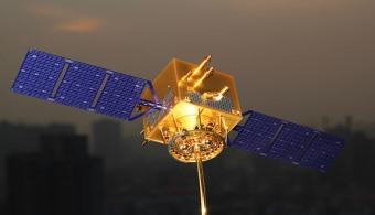 <p style=text-align: justify;>El <strong>primer satélite de telecomunicaciones argentino</strong> ya es una realidad gracias al trabajo de la empresa nacional de telecomunicaciones <a href=https://www.arsat.com.ar/ target=_blank><strong>ARSAT</strong></a> y la <a href=https://www.invap.com.ar/><strong>INVAP</strong></a>, la empresa de tecnología de la provincia de Río Negro.</p><p style=text-align: justify;></p><p><strong>Lee también</strong><br/><a style=color: #ff0000; text-decoration: none; title=Ya está en órbita href=https://noticias.universia.com.ar/en-portada/noticia/2013/11/26/1065796/ya-esta-orbita-manolito-nuevo-nanosatelite-argentino.html>» <strong>Ya está en órbita Manolito: el nuevo nanosatélite argentino</strong></a><br/><a style=color: #ff0000; text-decoration: none; title=Argentina envía al espacio su primer nano satélite href=https://noticias.universia.com.ar/en-portada/noticia/2013/04/30/1020307/argentina-envia-espacio-primer-nano-satelite.html>» <strong>Argentina envía al espacio su primer nano satélite</strong></a><br/><a style=color: #ff0000; text-decoration: none; title=La NASA logra utilizar un smartphone como satélite href=https://noticias.universia.com.ar/en-portada/noticia/2013/05/27/1025904/nasa-logra-utilizar-smartphone-como-satelite.html>» <strong>La NASA logra utilizar un smartphone como satélite</strong></a></p><p></p><p></p><p></p><p style=text-align: justify;><br/>El satélite <strong>ARSAT-1 ya aprobó el proceso de verificación</strong>, que fue sellado con la aceptación en Tierra por ARSAT. Esto significa que ha sido diseñado, construido y ensayado respondiendo a los requerimientos de la empresa ARSAT, y que puede <strong>está pronto para ser enviado al espacio</strong>. Además se pudo demostrar que es apto a nivel sistema, que sus procesos están debidamente registrados y que no se verifican problemas abiertos.</p><p style=text-align: justify;><br/>El presidente de ARSAT, <strong>Matías Bianchi</strong> plantéo que este avance permi
