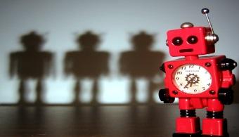 <p style=text-align: justify;>Poco a poco, los<strong> robots han dejado de ser elementos de ciencia ficción</strong> para insertarse en nuestras vidas cotidianas: a diario se usan para pilotear aviones, mantener los correos libres de spam y hasta respondernos cualquier duda al instante, a través de aplicaciones como Siri. Sin embargo, su uso creciente genera inquietud y enfrenta al mundo a algunas interrogantes: <strong>¿Las máquinas y los humanos seremos capaces de trabajar codo a codo?</strong> ¿Acabarán los robots con nuestros trabajos?</p><p style=text-align: justify;></p><p style=text-align: justify;><strong>Lee también</strong><br/><a style=color: #ff0000; text-decoration: none; title=Perú es el país latinoamericano con mayor escasez de talento href=https://noticias.universia.edu.pe/empleo/noticia/2014/08/14/1109705/peru-pais-latinoamericano-mayor-escasez-talento.html>» <strong>Perú es el país latinoamericano con mayor escasez de talento</strong></a></p><p style=text-align: justify;></p><p style=text-align: justify;><br/>Un sondeo realizado por <a href=https://www.pewresearch.org/ target=_blank><strong>Pew Research Center</strong></a> demostró que las respuestas están divididas aún entre los expertos. Luego de consultar a 1899 especialistas en tecnología y robótica, los resultados arrojaron que el<strong> 52% considera que los robots aumentarán la productividad</strong> y la calidad humana, en tanto el<strong> 49% cree que las máquinas eliminarán gran parte de los empleos</strong> de nivel medio.</p><p style=text-align: justify;><br/>Y estas previsiones se cumplirían en 2025. <strong>Trabajos rutinarios</strong> –como la atención de bancos, los conductores de transportes públicos, oficinistas, redactores, empleados de cadenas de comida rápida y personal de limpieza- son algunas de las tareas que <strong>podrían ser realizadas por robots a lo largo de la próxima década</strong>.</p><p style=text-align: justify;></p><h4 style=text-align: justify;>Robots: ¿Una n