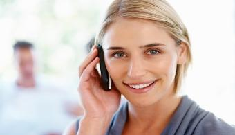 <p style=text-align: justify;>Hoy en día un teléfono móvil es nuestro despertador, nuestra vía para mandar mails de trabajo, nuestra herramienta para navegar en internet y nuestro pasatiempo para entrar a redes sociales. Con un teléfono móvil ajeno se puede conocer datos como su nombre de pila, dirección, cuenta bancaria, fotografías, lugar de veraneo, teléfono de amigos etc. Por ello ten en cuenta estos cinco consejos para evitar que otra persona pueda acceder a tu información personal:</p><p style=text-align: justify;></p><p><strong>Lee también</strong></p><p><br/><span style=color: #0000ff;><a style=color: #ff0000; text-decoration: none; title=Sigue toda la actualidad universitaria a través de nuestra página de FACEBOOK href=https://www.facebook.com/pages/Universia-El-Salvador/452458478107950><span style=color: #0000ff;>» <strong>Sigue toda la actualidad universitaria a través de nuestra página de FACEBOOK</strong></span></a></span></p><p><a style=color: #ff0000; text-decoration: none; title=Visita nuestro Portal de BECAS y descubre las convocatorias vigentes href=https://becas.universia.com.sv/SV/index.jsp><span style=color: #ff0000;>» </span><strong style=color: #ff0000; text-decoration: none;>Visita nuestro Portal de BECAS y descubre las convocatorias vigentes</strong></a></p><p style=text-align: justify;></p><p style=text-align: justify;></p><h3>1.Nunca le confíes a nadie tu contraseña</h3><p style=text-align: justify;></p><p style=text-align: justify;><strong>Por más de que creas que no tienen que existir secretos con tu pareja, amigos o con tus padres, ceder tu contraseña es un arma de doble filo</strong>, porque si un día te llegara a faltar información tendrías que dudar en primer lugar de las personas que más quieres. Por eso, abstente de hacerlo. Cualquiera de tus datos puede llegar a manos de terceros si no tienes en cuenta algunos resguardos sencillos, como tener una contraseña para acceder al menú del celular.</p><p style=text-align: justify;></p><p 