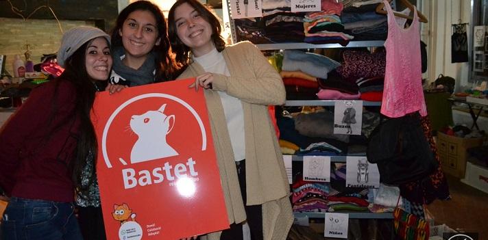 Stephanie Raineri, Carla Macchiavello y Sofía Martínez con el cartel de Bastet