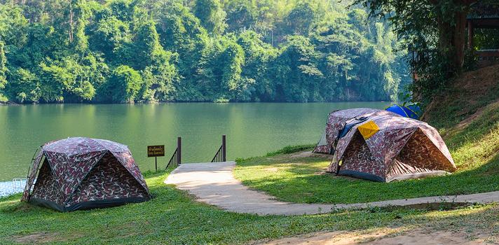 """<strong>Salir de campamento</strong> no es solo una <strong>aventura muy divertida</strong>: también es una excelente manera de economizar tus vacaciones. Al estar de camping, además, puedes moverte de un sitio a otro y conocer así muchos más lugares que si tienes un destino fijo en un hotel. Pero <strong>para que tu estadía en un campamento sea fructífera deberás tener una buena preparación previa</strong>. Chequea algunos consejos de expertos para tener la mejor experiencia de camping. <br/><strong><br/><br/>5 consejos para salir de campamento</strong><br/><strong><br/><br/>1 – Infórmate antes de elegir el lugar de los servicios de camping<br/></strong><br/>Existen muchos campings que cuentan con todos los servicios, tales como baños, duchas de agua caliente, instalaciones eléctricas e incluso algunos más sofisticados con wifi o servicios """"de lujo"""" para tratarse de un campamento. <strong>Antes de elegir el sitio a donde irás investiga sobre los campings que hay allí y con qué prestaciones cuentan</strong> a fin de poder optar por lo que más te convenga según el tipo de aventura que quieras tener (por ejemplo, si tu intención es desconectar de todo, no necesitarás ir a un camping donde ofrezcan internet). <br/><strong><br/><br/>2 – Sobre la carpa y su armado</strong><br/><br/>Asegúrate de que no le falta ninguna pieza de las que necesitarás para armar bien la carpa, como varillas o estacas. <strong>Chequéalo antes de salir ya que si te das cuenta cuando la vas a armar en el camping será difícil que lo puedas resolver</strong>. Recuerda siempre que dentro de la carpa no podrás fumar ni prender ningún tipo de material inflamable. <br/><strong><br/>Elije un lugar nivelado y plano para armar tu carpa y asegúrate de realizar en la vuelta de la misma canaletas para prevenir que entre agua si llueve</strong>. Además, todos los días deberás ventilarla y lo ideal es que cuente con un mosquitero para que puedas dejarla semi - abierta sin ser atacado por los insectos. <strong"""