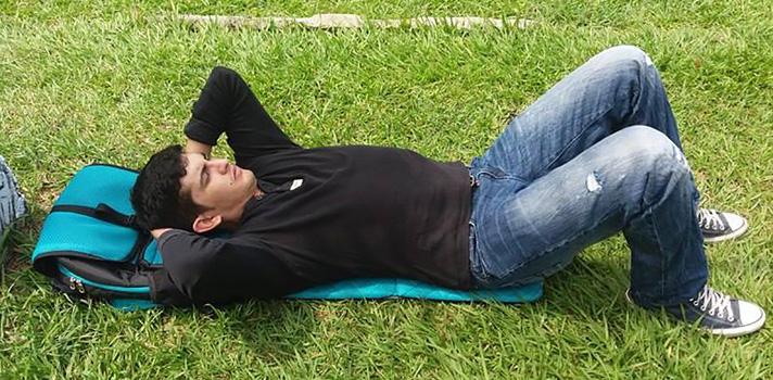 <p>¿Qué tal si tu morral, en lugar de solo cargar tu espalda, pudiera darle también un merecido descanso? Las estudiantes de Diseño Industrial de la <a href=https://www.universia.net.co/universidades/universidad-nacional-colombia-palmira/in/30853>Universidad Nacional en la Sede Palmira</a>Laura González, David Díaz y Laura Mondragón lo hacen posible con su última creación: Sardo, una <strong>mochila que hace las veces de acolchado</strong>, ideal para universitarios que deben trasladarse desde lejos para llegar a clase.</p><p></p><p><strong>Lee también<br class=Apple-interchange-newline/></strong><a href=https://noticias.universia.net.co/cultura/noticia/2016/04/12/1138193/conoce-programa-feria-libro-bogota-2016.html>Conoce el programa de la Feria del Libro de Bogotá 2016</a></p><p></p><p>Tal como informó la <a href=https://agenciadenoticias.unal.edu.co/ target=_blank>Agencia de noticias de la UNAL</a>, la idea surgió para darle al universitario una opción práctica y confortable, que le permita guardar los elementos que necesita para el estudio así como brindar un lugar donde reposar cómodamente en sus ratos libres.</p><p>Se trata de un morral que cuenta con un sistema de cierre que permite transformar la mochila en un cómodo acolchado. De esta manera, el usuario puede tumbarse en cualquier parte, permanecer aislado del piso y <strong>mantener una postura cómoda, sin tensionar su espalda ni ensuciarse.</strong></p><p>Sus creadores, alumnos del Nodo de Diseño y Uso de la UNAL en Palmira, se inspiraron en una investigación acerca de la conducta de los estudiantes, que mostró que muchos acudían a sus maletas y abrigos cuando precisaban acostarse, sobre todo aquellos que viajan a diario desde otras ciudades.</p><p>Además, se trata de una propuesta basada en la filosofía del zen, una tradición oriental que busca lo simple y lo tranquilo. Esta opción se refleja en la estética del producto, de líneas simples y colores como el azul jade, verde y café. El nombre del producto,