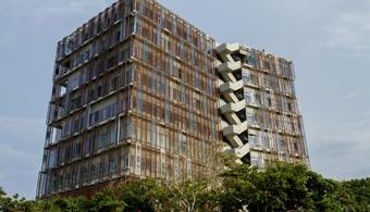 <p style=text-align: justify;><strong>El Edificio de Ingenierías de la <a href=https://estudios.universia.net/colombia/institucion/universidad-del-norte>Universidad del Norte (Uninorte)</a>fue galardonado por la <a href=https://www.fiabci.org/ rel=me nofollow> Federación Internacional de Profesiones Inmobiliarias (Fiabci)</a></strong> con el Premio a la Excelencia Inmobiliaria 2014 en la categoría de proyectos especiales, en una ceremonia realizada el pasado 26 de noviembre en el Gun Club en Bogotá.</p><p style=text-align: justify;></p><p style=text-align: justify;><strong>Lee también:</strong></p><p style=text-align: justify;><a style=color: #ff0000; text-decoration: none; title=Colombia, tercero en Latinoamérica y octavo en el mundo en construcción sostenible href=https://noticias.universia.net.co/actualidad/noticia/2014/06/13/1098898/colombia-tercero-latinoamerica-octavo-mundo-construccion-sostenible.html>» <strong>Colombia, tercero en Latinoamérica y octavo en el mundo en construcción sostenible</strong></a></p><p style=text-align: justify;><a style=color: #ff0000; text-decoration: none; title=SENA realiza millonaria inversión en infraestructura href=https://noticias.universia.net.co/actualidad/noticia/2014/04/28/1095609/sena-realiza-millonaria-inversion-infraestructura.html>» <strong>SENA realiza millonaria inversión en infraestructura</strong></a> <br/><a style=color: #ff0000; text-decoration: none; title=Conoce 7 maneras de cuidar el Medio Ambiente sin ver modificado tu confort href=https://noticias.universia.net.co/actualidad/noticia/2014/11/10/1114741/conoce-7-maneras-cuidar-medio-ambiente-ver-modificado-confort.html>» <strong>Conoce 7 maneras de cuidar el Medio Ambiente sin ver modificado tu confort</strong></a></p><p style=text-align: justify;></p><p style=text-align: justify;></p><p style=text-align: justify;>Según el jurado, la Universidad del Norte recibió el premio por la destacada implementación del Edificio de Ingenierías porque, además de sus 10.50
