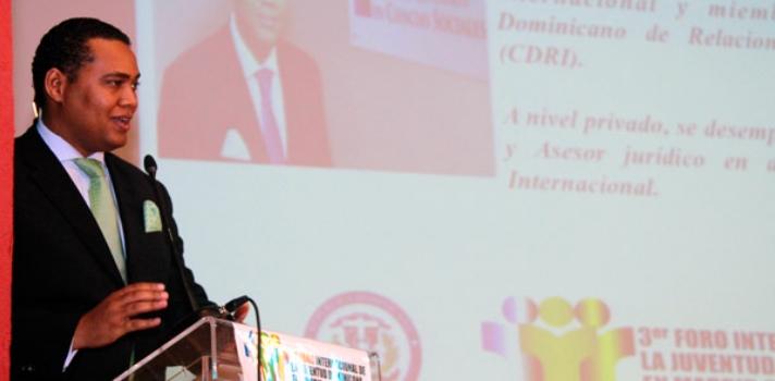 """<p>Bajo el tema <strong>""""Por el empleo y el emprendimiento""""</strong> fue celebrado el <strong>3er Foro Internacional de la Juventud Dominicana en Madrid</strong>, organizado por el Consulado General de la República Dominicana en la capital española, con la participación del vicerrector académico del <strong><a href=https://www.iglobal.edu.do/>Instituto Global de Altos Estudios en Ciencias Sociales (Iglobal)</a></strong>, <strong>Víctor Villanueva</strong>, en representación de la <strong>Fundación Global Democracia y Desarrollo (Funglode)</strong>.</p><p></p><p>El foro estuvo encabezado por <strong>Jorge Minaya</strong>, ministro de juventud de la República Dominicana; <strong>Santiago Rodríguez</strong>, ministro consejero de la embajada de la República Dominicana en España, en representación del embajador <strong>Aníbal de Castro</strong>; el <strong>Prof. Juan Cuevas Feliz</strong>, cónsul general dominicano en Madrid.</p><p></p><p>El Foro, desarrollado por expertos en áreas de derecho, inmigración, política exterior, economía, ONG's, redes sociales y mercadeo, disertaron ante más de 200 jóvenes, ocasión que aprovecharon para incentivar a los profesionales a seguir adelante.</p><blockquote style=text-align: center;>El vicerrector del Iglobal, participó en el panel sobre """"Fuga de cerebros o migración altamente calificada"""", en donde expuso acerca del """"Fenómeno de la migración altamente calificada: inflexiones del caso dominicano"""".</blockquote><p>Planteó que """"Tenemos una disociación entre la dinámica productiva del país y los profesionales que estamos produciendo"""". Argumentó que las universidades dominicanas<strong> forman profesionales para la modalidad laboral fordista y taylorista del siglo XX</strong>, no así para el modelo formativo que se nos hace imperativo acorde al desarrollo económico del país, partiendo de las dinámicas productivas que inciden en el producto interno bruto.</p><p></p><p>Villanueva sostuvo que <strong>el país produce investigaciones débiles"""