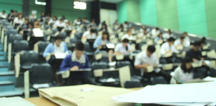 <p>La<strong> Universidad de Buenos Aires (UBA)</strong> se posiciona como una de las<strong> 300 mejores universidades del mundo</strong>, según la <strong>edición 2017</strong> del prestigioso <a href=https://www.shanghairanking.com/ARWU2017.html title=Ranking de Shanghai target=_blank>Ranking de Shanghai</a>que evalúa a 1200 universidades a través de la <strong>Academic Ranking World Universities (ARWU)</strong> y que selecciona a las mejores 500 del mundo. De esta manera, la <strong>UBA se ubica como la segunda mejor universidad de Sudamérica</strong> detrás de la Universidad de San Pablo (USP) que se ubica en el puesto 150-200.</p><p>El<strong> ranking de Shanghai</strong> evalúa a las universidades en 52 disciplinas divididas en las siguientes categorías: ciencias naturales, ingeniería, ciencias de la vida, ciencias médicas y ciencias sociales. Para ser incluidas en los rankings de cada una de estas disciplinas, las universidades necesitan tener un mínimo de investigaciones publicadas entre 2011 y 2015, variando la cantidad de publicaciones necesarias según las disciplinas.</p><p>Asimismo, para la evaluación también se tienen en cuenta variables como el número de egresados, cantidad de investigadores citados por la agencia de noticias Thomson Reuters, cantidad de artículos en revistas sobre ciencia y naturaleza, entre otros.</p><p>Según publicó la Nación, un dato curioso de la edición 2017 de este ranking que pone el foco principal en la ciencia y la investigación, es que todas las universidades iberoamericanas descendieron posiciones respecto de ediciones anteriores. El rector de la UBA, según recoge el medio, considera que si bien los rankings presentan una fotografía relativa de la realidad, esto es una señal de alerta para las universidades iberoamericanas, principalmente para la Argentina, ya que el resto del mundo está apostando a la investigación y es algo en lo que se debería continuar invirtiendo.</p><p></p><p><strong>Las universidades más destacadas 