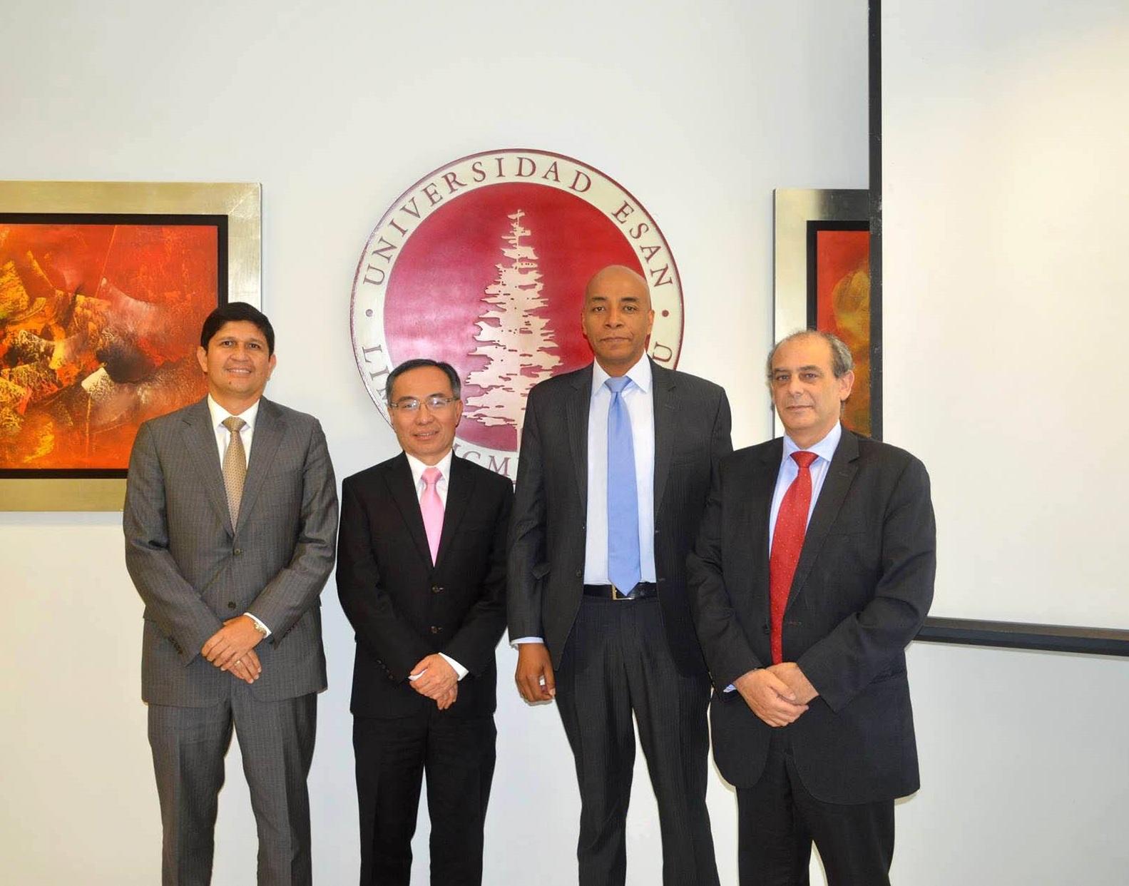Oswaldo Morales, Director de Educación a Distancia de la Universidad ESAN, Jaime Serida, Decano de ESAN Graduate School of Business; Jaime Bailon, Profesor de ESAN, y Ezra Zaharia, Gerente General de Universia Perú.