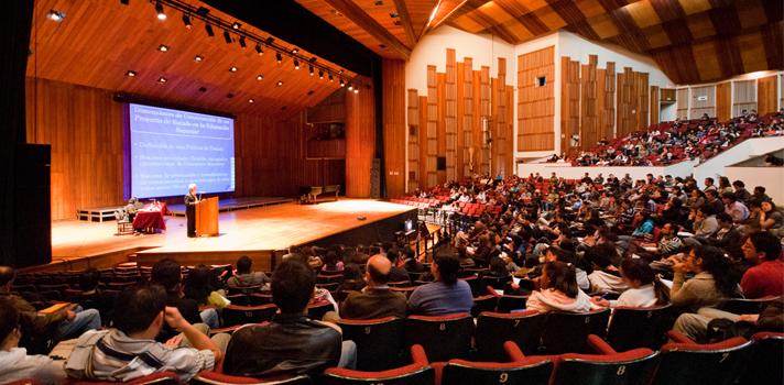<p style=text-align: justify;>Entre las <strong>10 mejores universidades de Colombia</strong>, las universidades Nacional, de Antioquia, Los Andes, del Valle y Javeriana fueron las que ocuparon las cinco primeras posiciones.<br/><br/></p><p style=text-align: justify;><strong>Lee también</strong><br/><a style=color: #ff0000; text-decoration: none; title=Universidad de Sao Paulo: la mejor de Latinoamérica href=https://noticias.universia.net.co/actualidad/noticia/2015/03/16/1121509/universidad-sao-paulo-mejor-latinoamerica.html>» <strong>Universidad de Sao Paulo: la mejor de Latinoamérica</strong></a><br/><a style=color: #ff0000; text-decoration: none; title=Colombia cuenta con más de 8 mil investigadores href=https://noticias.universia.net.co/ciencia-nn-tt/noticia/2014/05/08/1096270/colombia-cuenta-8-mil-investigadores.html>» <strong>Colombia cuenta con más de 8 mil investigadores</strong></a> <br/><br/></p><p style=text-align: justify;><strong><a title=Scimago Institutions Rankings href=https://www.scimagoir.com/ target=_blank>Scimago Institutions Rankings</a></strong>mide anualmente los niveles de investigación, innovación y visibilidad en la web de instituciones de educación superior a nivel mundial. En esta oportunidad, <strong>se analizaron las universidades colombianas de acuerdo al volumen y la calidad de su investigación.</strong></p><p style=text-align: justify;></p><p style=text-align: justify;>A la hora de medir el nivel de investigación de cada institución, se realiza un proceso exhaustivo de desambiguación de los nombres de cada una, es decir, se observa cómo se emplean en distintos contextos. Luego se toma en cuenta una variedad de indicadores.</p><p style=text-align: justify;></p><p style=text-align: justify;>Algunos de los indicadores son: excelencia, liderazgo, cantidad de autores científicos y cantidad de documentos publicados en revistas científicas de prestigio, entre otros. En base a la medición de dichas variables es que se otorgan los puntajes a
