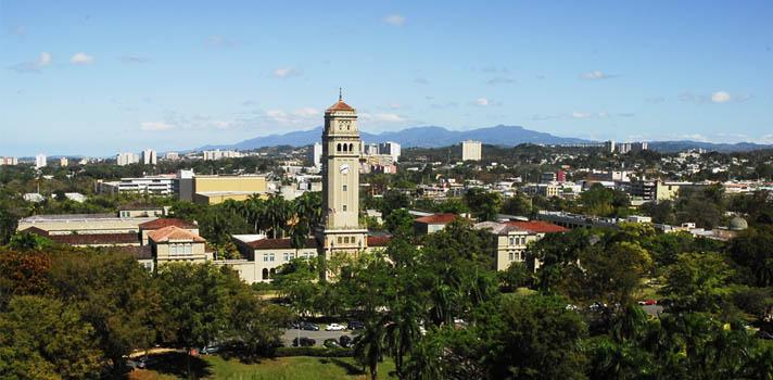 <p>Se publicó la edición número catorce del <strong>Ranking Global QS</strong> que elabora la empresa británica especializada en educación, Quacquarelli Symonds. Un ranking que incluye a 959 universidades de 84 países y para el cual se evaluaron más de 4.000 universidades. En este contexto, la <strong>Universidad de Puerto Rico</strong>, que es la única institución puertorriqueña que forma parte de este ranking, <strong>ocupó la posición número 62 a nivel Latinoamericano y 883 a nivel mundial en la edición 2018</strong>, descendiendo tres ubicaciones con respecto al 2017.<br/><br/><strong><br/>Te puede interesar también</strong><br/>><a href=https://noticias.universia.pr/educacion/noticia/2016/07/19/1141910/upr-15-mejores-universidades-latinoamerica-investigacion-cientifica.html title=UPR entre las 15 mejores universidades de Latinoamérica en investigación científica target=_blank>UPR entre las 15 mejores universidades de Latinoamérica en investigación científica<br/><br/></a></p><p>A <strong>nivel Latinoamericano la Universidad de Buenos Aires, de Argentina, se ubica en primer lugar</strong> y en el puesto 75 a nivel mundial. Le siguen la Universidad de San Pablo, de Brasil; la Universidad Nacional Autónoma de México, la Pontífica Universidad Católica de Chile, y la Universidad Estadual de Campinas, de Brasil también.</p><p>A nivel mundial las <strong>primeras cuatro ubicaciones son para universidades de los Estados Unidos</strong>. El <strong>MIT se mantiene como la mejor universidad del mundo</strong>, seguida a años luz por el resto de sus competidores: Stanford (2), Harvard (3) y el Caltech (4) (California Institute of Technology). La quinta ubicación es para la Universidad de Cambridge, del Reino Unido, que descendió una ubicación con respecto al 2017, posición que ubicaba el Caltech. El top 10 de universidades norteamericanas lo integran, además de las mencionadas anteriormente, la Universidad de Chicago, en quinta ubicación; la Universidad de Princeton, en s