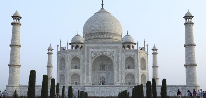 """<p>¿Te imaginas visitar el Taj Mahal sin tener que tomarte un avión? ¿Recorrer el Louvre desde el estar de tu casa? Es que el gigante digital, a través de su proyecto<strong> Google Cultural Institute</strong>, permite conocer los tesoros culturales, naturales y artísticos del mundo a través de tours virtuales, imágenes en alta calidad y contenido interactivo.</p><p></p><p><span style=color: #ff0000;><strong>Lee también</strong></span><br/><a style=color: #666565; text-decoration: none; title=Curso online gratuito te enseña a estudiar historia con éxito href=https://noticias.universia.net.co/cultura/noticia/2015/12/04/1134387/curso-online-gratuito-ensena-estudiar-historia-exito.html>» <strong>Curso online gratuito te enseña a estudiar historia con éxito</strong></a></p><p></p><p>La plataforma presenta una amplia variedad de opciones para quienes quieran conocer la historia desde sus fuentes primarias pero no disponen el tiempo o el dinero para hacerlo personalmente.El sitio brinda la oportunidad de visitar distintos <strong>destinos</strong> del mundo, así como recorrer<strong> galerías, museos y colecciones artísticas.</strong></p><p>Una de las secciones disponibles es """"<a href=https://www.google.com/culturalinstitute/project/world-wonders?hl=es target=_blank>Maravillas del mundo</a>"""", en donde encontrarás material interactivo sobre las joyas arquitectónicas de la India, templos escondidos entre bosques japoneses, aldeas mongoles del siglo XIII, el palacio de Versalles, las ruinas de Angkor Wat, la necrópolis de Guiza, en Egipto, y mucho más.</p><p>Si haces clic, por ejemplo, en la sección """"<a href=https://www.google.com/culturalinstitute/entity/%2Fm%2F0d_61?hl=es&projectId=world-wonders>Palacio y parque de Versalles</a>"""", accederás a una breve descripción del lugar, una galería de imágenes con información sobre la historia del majestuoso edificio, y a imágenes panorámicas de 360° de sus jardines. Este <strong>tutorial </strong>en inglés enseña cómo aprovechar al m"""