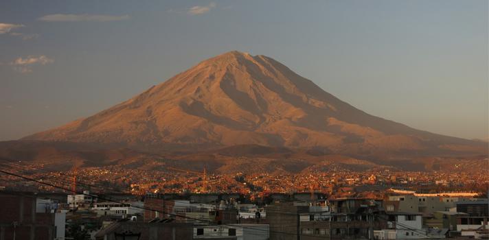 Volcán Misti, cerca de la ciudad de Arequipa: una de las zonas que registran mayor actividad sísmica en el Perú.